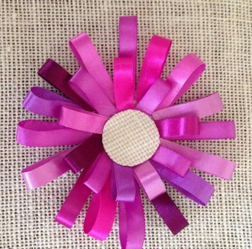 салфетка из мешковины с цветами из узких атласных лент