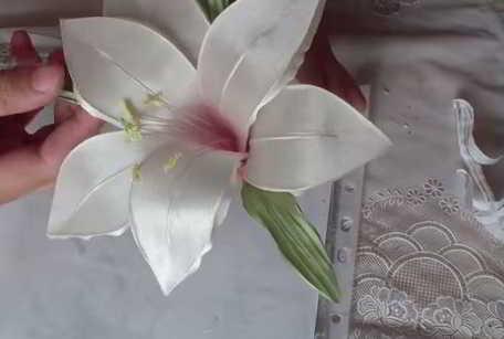 лилия из ткани