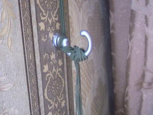 крючок для фиксации шнура римской шторы