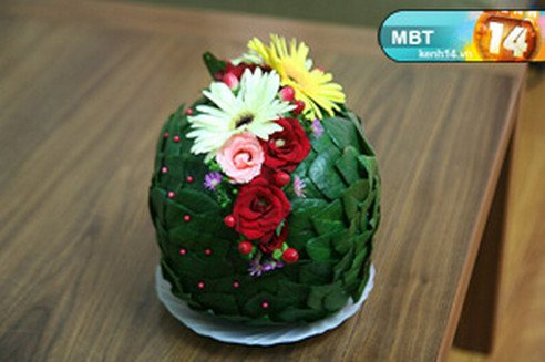 Цветущий кактус из искусственных цветов.